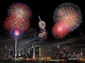 2-fireworks-over-new-york-city-roman-kurywczak.jpg